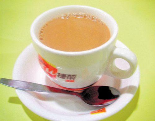 تحذير من  إضافة الحليب إلى الشاي