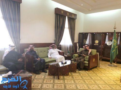 محافظ الخرج يجتمع بمديري مستشفى الملك خالد والولادة بالخرج