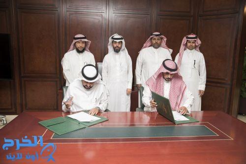 الدكتور الحامد   يوقع عقد الحراسات الأمنية بتكلفة بلغت 29 مليون و600 ألف ريال