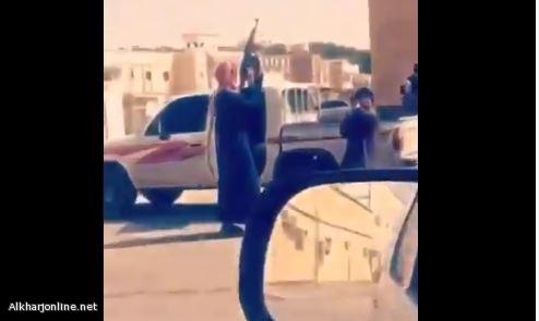 النائب العام يوجه بالقبض على أشخاص ظهروا في مقطع يتجولون بأسلحة نارية داخل أحد الأحياء