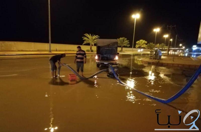 بلدية محافظة الدلم  باشرت  أعمال سحب مياه الأمطار من أماكن التجمعات