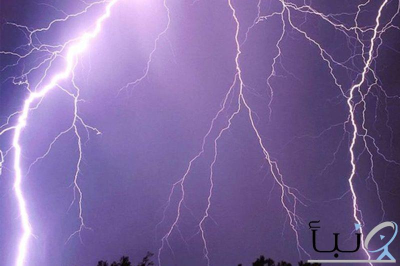 استمرار الرياح النشطة والعوالق الترابية على عدة مناطق.. الإثنين