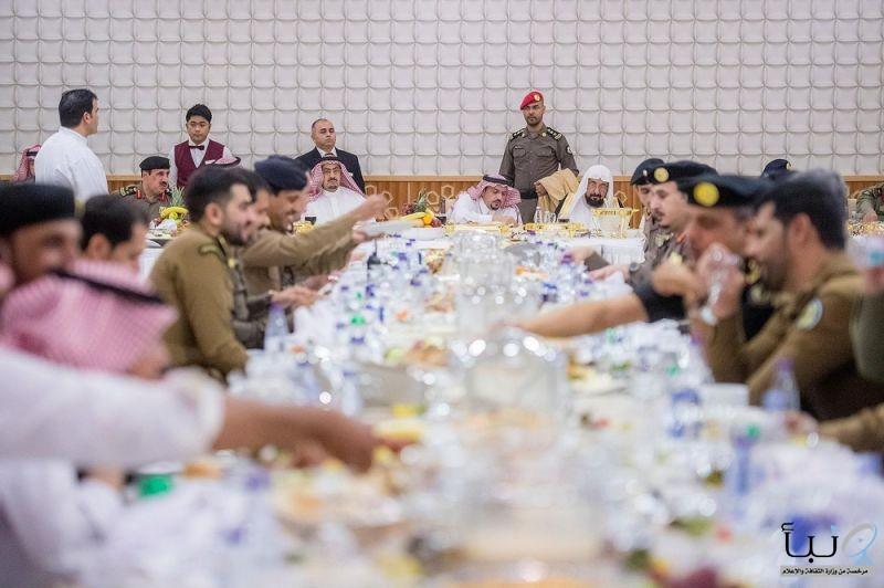 #أمير القصيم يزور شرطة المنطقة ويشارك رجال الأمن وجبة الإفطار