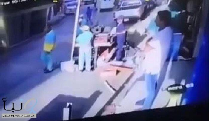 فيديو متداول.. عمالة وافدة تعتدي على مراقبي البلدية في بطحاء الرياض