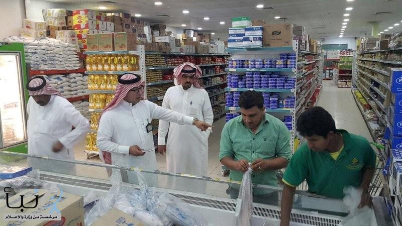 بلدية الخفجي تزور 59 منشأة صحية وتتلف 75 كيلو جرامًا من المواد الغذائية