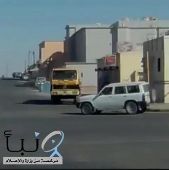 مرور الحدود الشمالية يضبط قائد شاحنة عكَس السير وقطع الإشارة