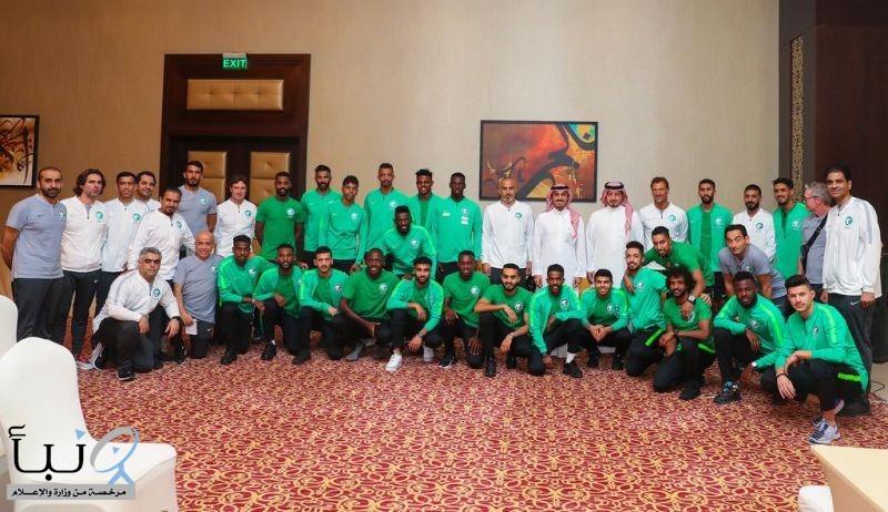 رئيس هيئة الرياضة يلتقي لاعبي المنتخب السعودي الأول لكرة القدم