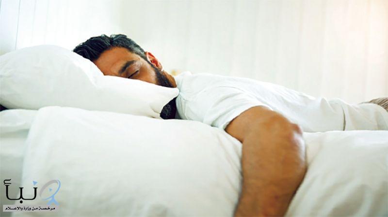 النوم على البطن يسبب آلام الظهر والرقبة