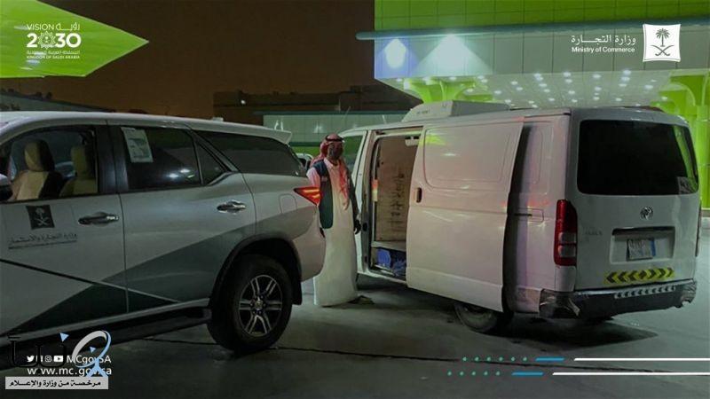 #التجارة تعلن ضبط سائق المركبة الذي ظهر في مقطع متداول يعبأ كميات من الأرز في المزاحمية