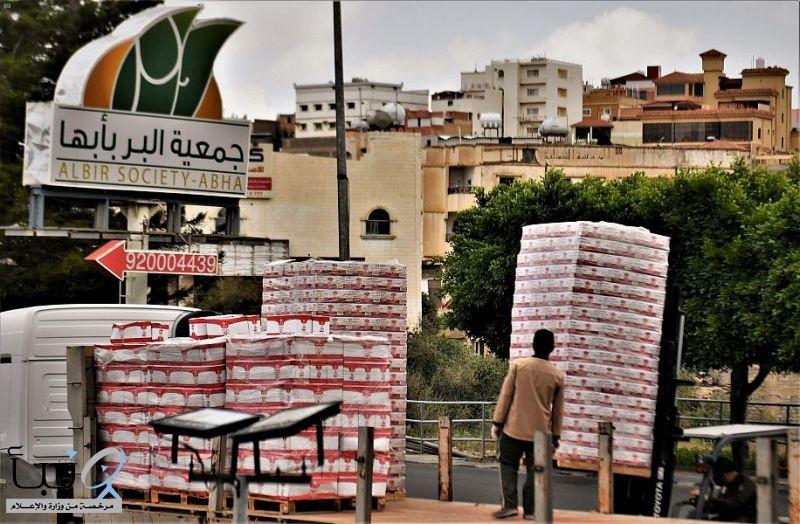 #بر_بأبها توزع 10 آلاف سلة غذائية للمستفيدين