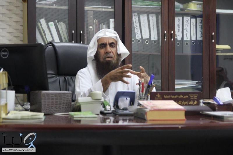 موظف متقاعد بمستشفى #وادي_الدواسر يهدي زملاءه وقفاً خيرياً