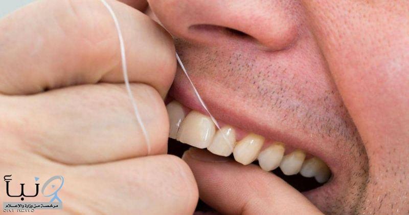 استخدام خيط الأسنان ومعجون الأسنان