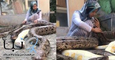"""مراهقة إندونسية تربى 6 أفاعى عملاقة فى منزلها """"كأنهم قطط وكلاب"""""""
