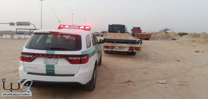 """""""المرور"""" يضبط قائدي 3 شاحنات عكسوا الاتجاه في جدة"""