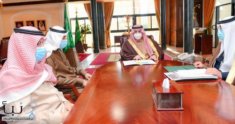 أمير تبوك يطلع على تقرير عن مشروعات الأمانة بالمنطقة