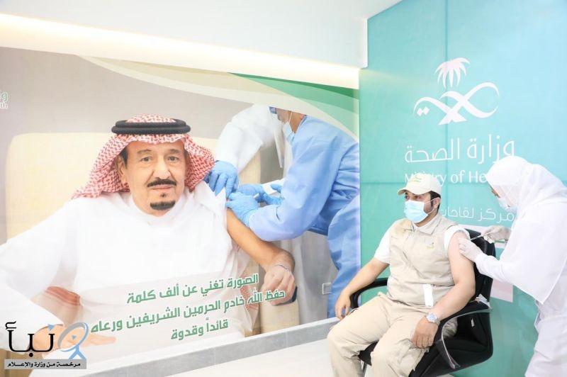 مدير صحة بيشة يتلقى الجرعة الأولى للقاح كورونا