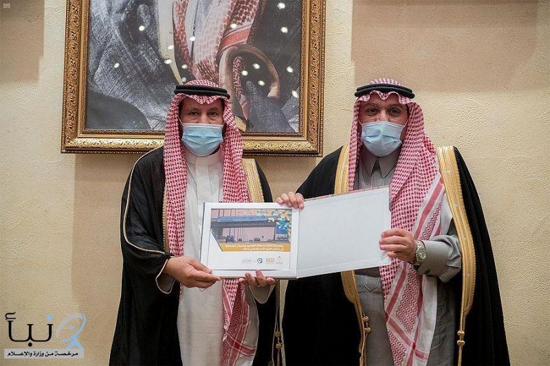 أمير القصيم  يتسلم تقريراً عن مشاركة أمانة القصيم ببرنامج تعزيز الأمن الفكري