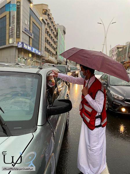 25 متطوعاً ومتطوعة بالهلال الأحمر بالباحة يشاركون في فعاليات حملة إفطار صائم