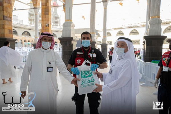 وكالة شؤون المسجد الحرام توزع الهدايا على قاصدي بيت الله الحرم ومنسوبي الجهات المشاركة
