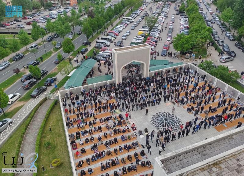 أكثر من عشرة آلاف مصل يؤدون صلاة العيد بجامع الملك فهد في العاصمة البوسنية