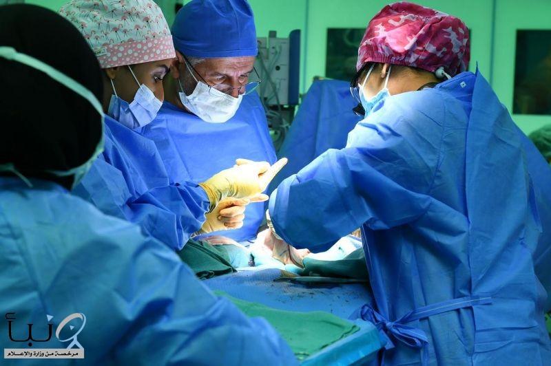 الدكتور الربيعة يعلن نجاح عملية فصل التوأم الطفيلي اليمني عائشة