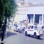 """شرطة جازان : قائد مركبة """"الهايلوكس"""" الذي تعمد صدم شابّين يسلم نفسه"""
