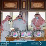 رئيس جامعة جدة يسلم عدداً من الطلاب والطالبات أجهزة حاسب آلي ضمن مبادرة أوقاف الجامعة